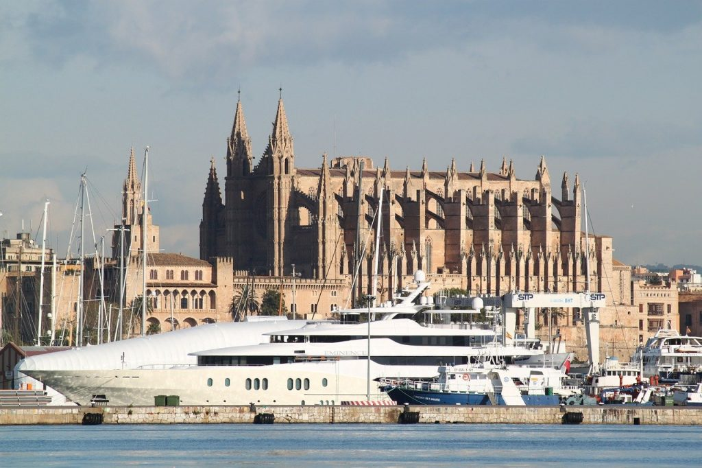 Yacht in front of Cathedral of Mallorca